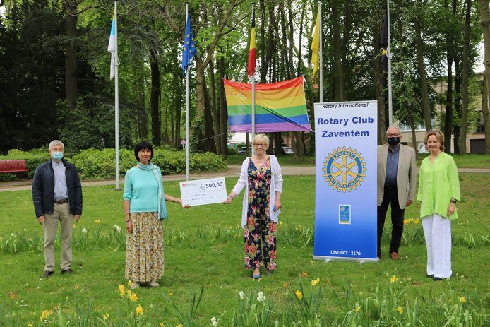 De Rotary Club Zaventem overhandigt een cheque van 500 euro aan burgemeester Ingrid Holemans.