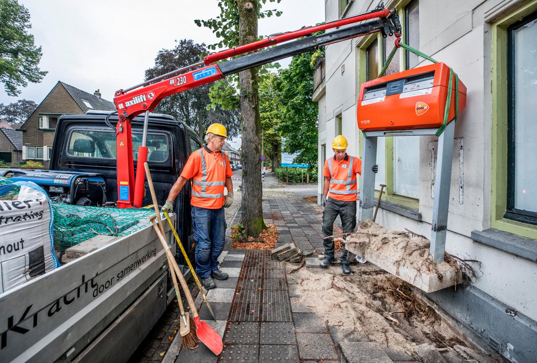 Het verwijderen van de brievenbus op het Stationsplein in Schoonhoven.