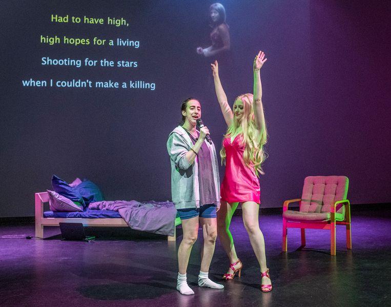 Ann Hirsch (links) speelt Jason, een aan porno verslaafde twintiger. 'Jason is een personage gebaseerd op allerlei mannen in mijn eigen leven, hij worstelt met zichzelf.'  Beeld Patrick Post