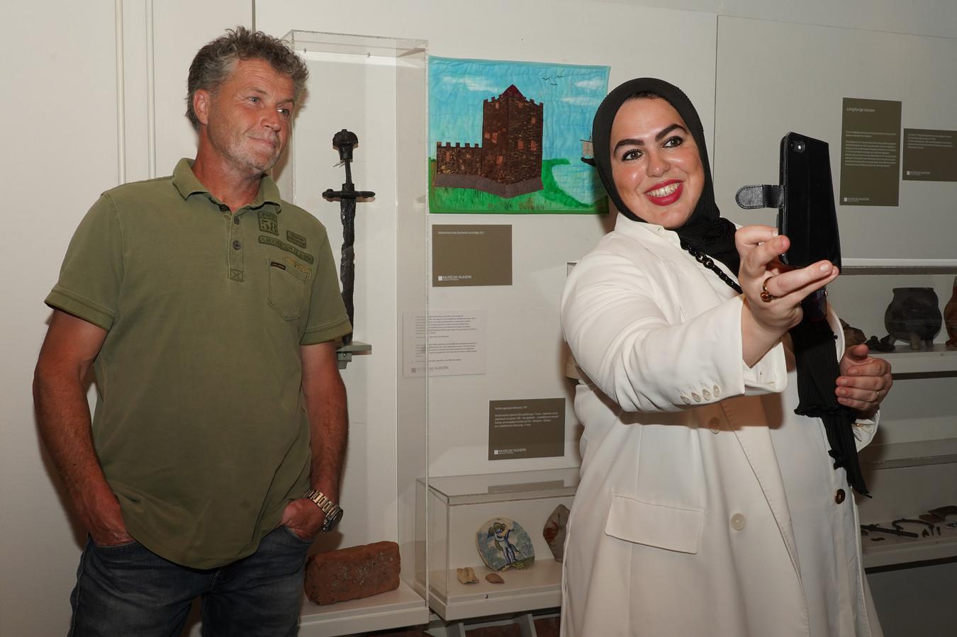 Michael van Dusschoten schenkt het zwaard, dat door hem gevonden werd bij een opgraving op het Molenplein, samen met de wethouder aan het museum.