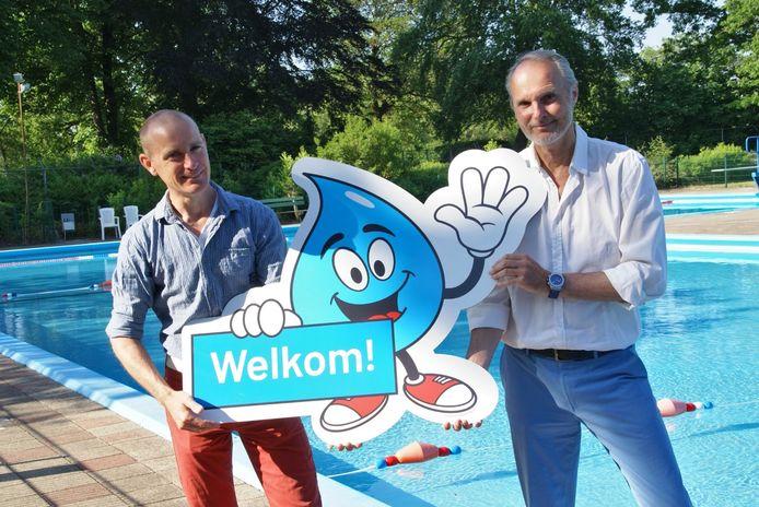 Gies Voorburg (l) en Emile Bakker tonen het nieuwe zwembadlogo.