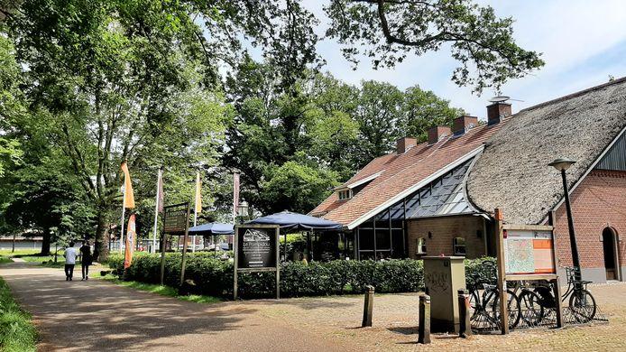 Een dag na de inval van politie en FIOD is de rust teruggekeerd in en bij het pannenkoekenhuis in het Wesselerbrinkpark.