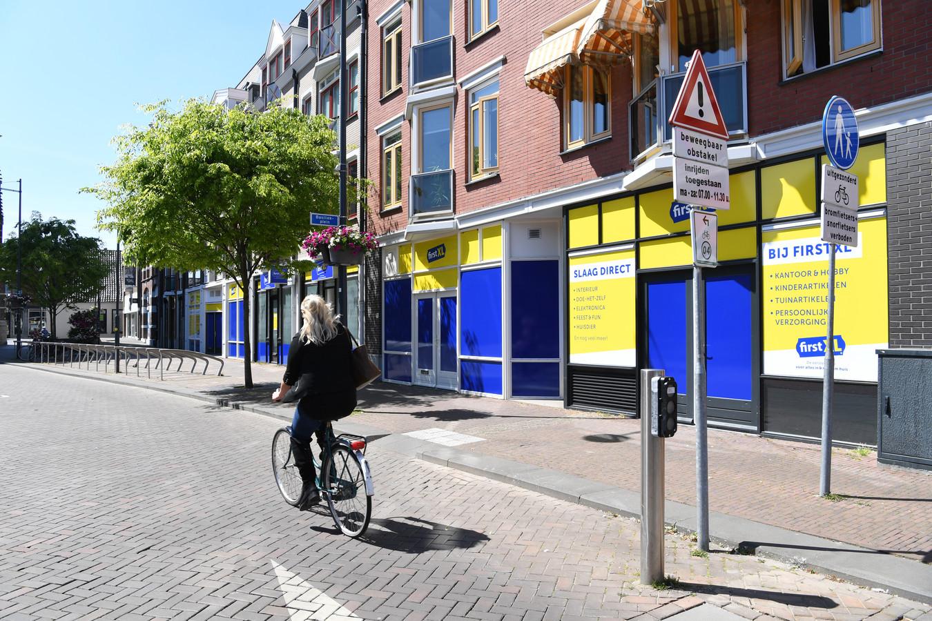 OOSTERHOUT. Foto Pix4Profs/Jan Stads First XL vestigt zich in Oosterhout. Alleen maakt de bestickering de tongen los. Geel en blauw vallen  niet in de smaak.