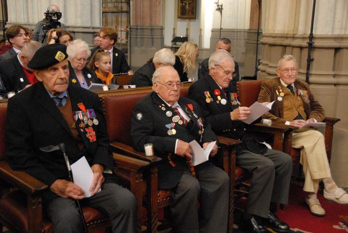 De vier 'liberators' op de eerste rij. Vlnr. Owen Butcher, Alan King, Bruce Coombes en Tony Pengelly.