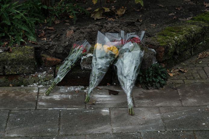 Bloemen op de plek van de moord.