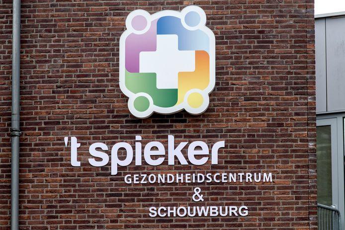 't Spieker heet sinds een maand plotseling 'gezondheidscentrum & schouwburg'.