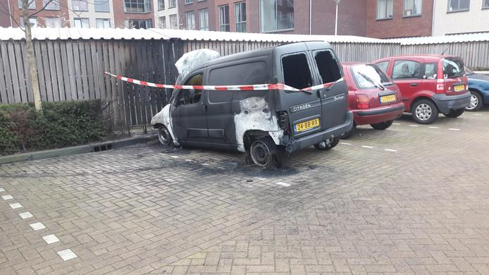 Bij een studentencomplex aan de Javastraat in Wageningen is een bestelwagen uitgebrand.