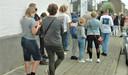 De lange rij liep van de Nieuwe Brugstraat, langs het De Malanderplein tot in de Ferrantstraat.