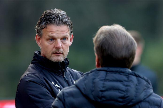Peter Uneken in gesprek met De Graafschap-coach Mike Snoei.