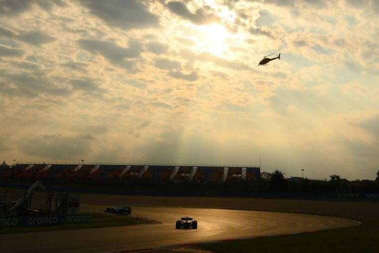 Lewis Hamilton scheurt met zijn Mercedes over het circuit van Istanbul. Beeld AP