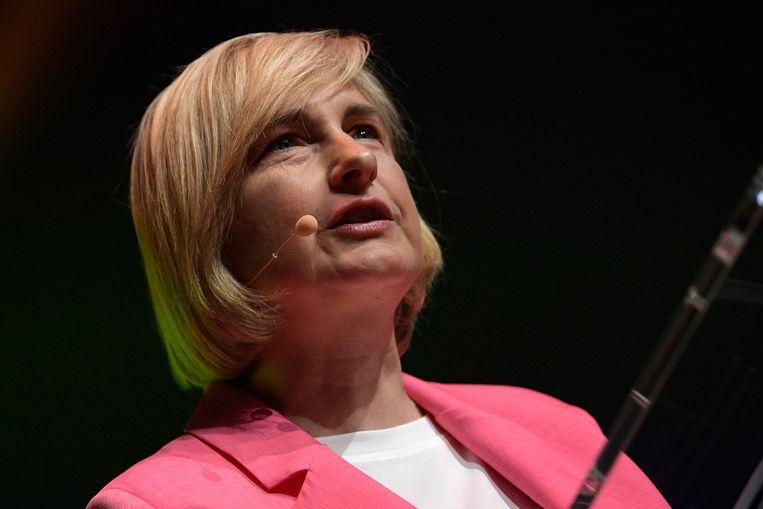 Onderwijsminister Hilde Crevits (CD&V) zegt onder meer dat er al een 'wervingscampagne' op gang getrapt is en dat 'de lerarenopleiding is hervormd. Die gaat komend academiejaar van start.' Beeld BELGA