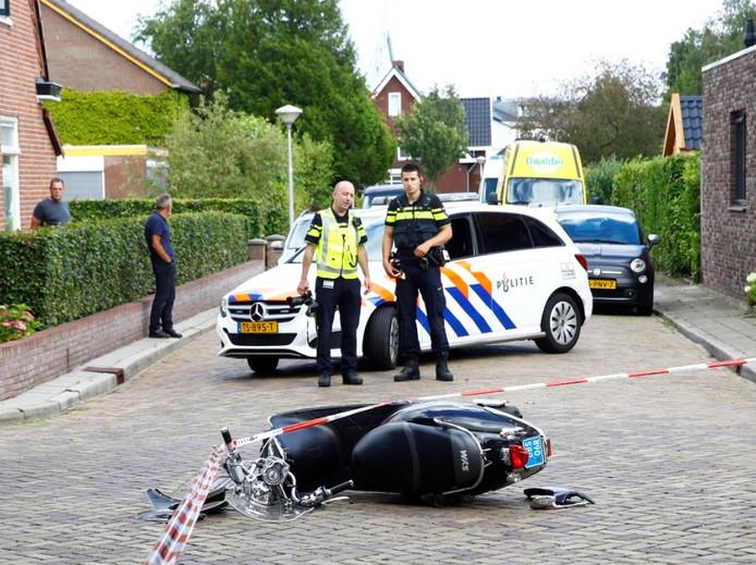 De scooter is een stille getuige van het heftige ongeval op de Papaverweg in Zwolle.