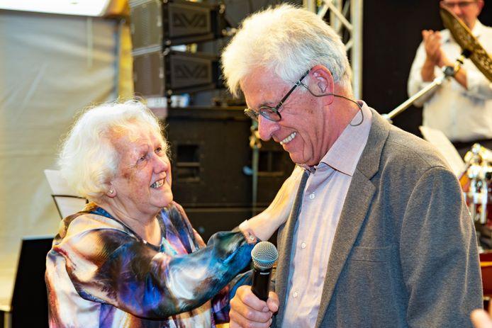 Ad van Doormaal wordt gefeliciteerd door zijn vrouw Marlies voor de toekenning van de cultuurprijs in de vorm van de Jan Naaikensring.