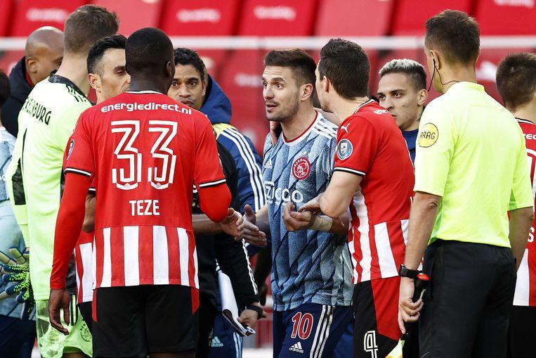 Een van de opstootjes in de slotfase van de wedstrijd PSV - Ajax, met aanvoerder Dusan Tadic van Ajax als middelpunt. Beeld ANP