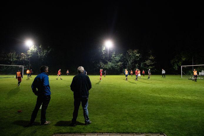 Twee clubs uit het zaterdagvoetbal en drie uit het zondagvoetbal hebben nog geen trainer aangesteld voor het nieuwe seizoen.