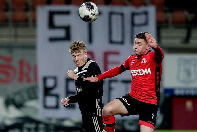 Diego Snepvangers (r.) namens Helmond Sport in duel met Per Schuurs van Jong Ajax.