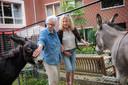 Mirjam van Kuppeveld met haar dementerende moeder in de dierenweide van zorgcentrum Bosrand.