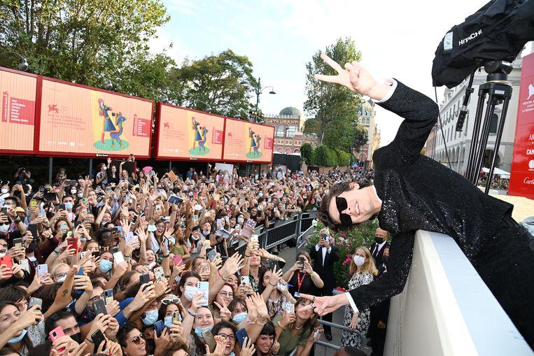 Timothée Chalamet poseert op de rode loper met fans. Beeld Getty