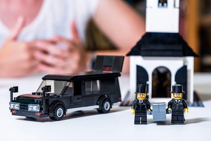 Rouwspeelgoed: lijkwagen en dragers.