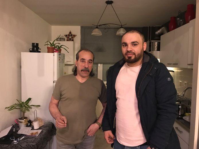 Mohamed Alassal (61) en schoonzoon Salem Alali (29) in de keuken van de woning aan de Goudreinet in Dodewaard, waar de avond ervoor een brandbom tegen de gevel werd gegooid.