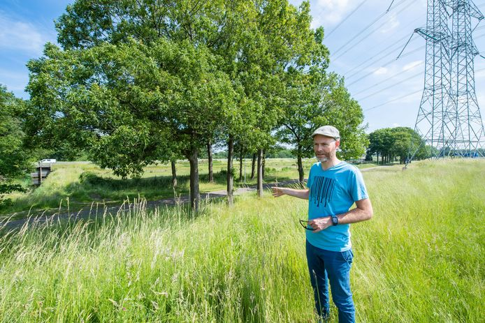 Landschapsarchitect Pieter Schengenga legt het uit: het grasland aan de overkant van het fietspad (en tegen de weg Tilburg-Waalwijk) wordt onderdeel van de rioolwaterzuivering. Bij dit punt komt ook de aftakking van fietsroute Rondje Pauwels met daarnaast een faunapassage, onder de autoweg door.