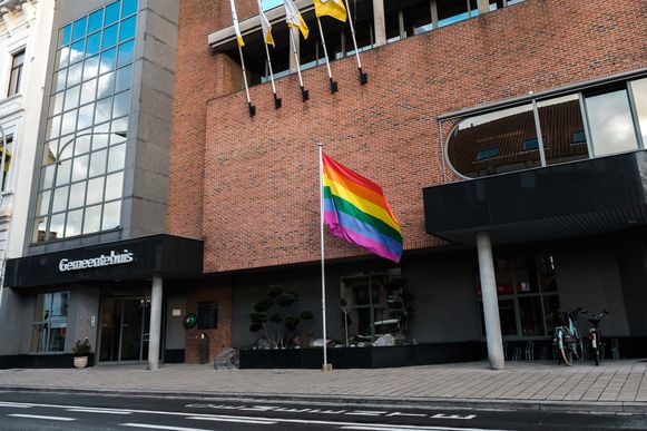 De regenboogvlag aan het gemeentehuis van Boom.