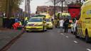 De massaal toegesnelde hulpdiensten ontfermen zich over de zwaargewonde fietsers.