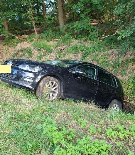 Auto belandt in sloot na botsing met vrachtwagen op N65 bij Haaren