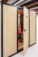 Van buiten heeft de mobiele kolfruimte wel iets weg van een pashokje of een kleine sauna.