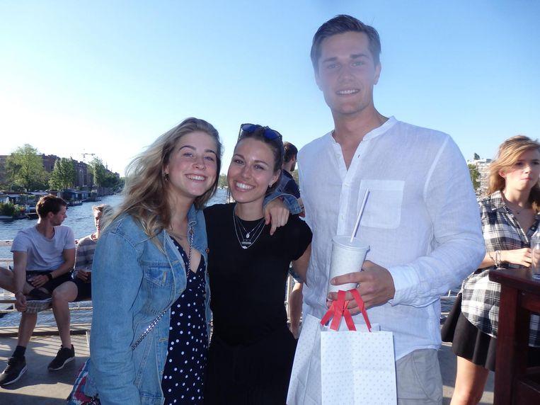 Alexine Collot d'Escury, Tessa Harmsen en Jaap Scholten, kersvers wereldbekerkampioen met een Febo-kipkrokantje, grote patat oorlog en een vanille milkshake Beeld Schuim
