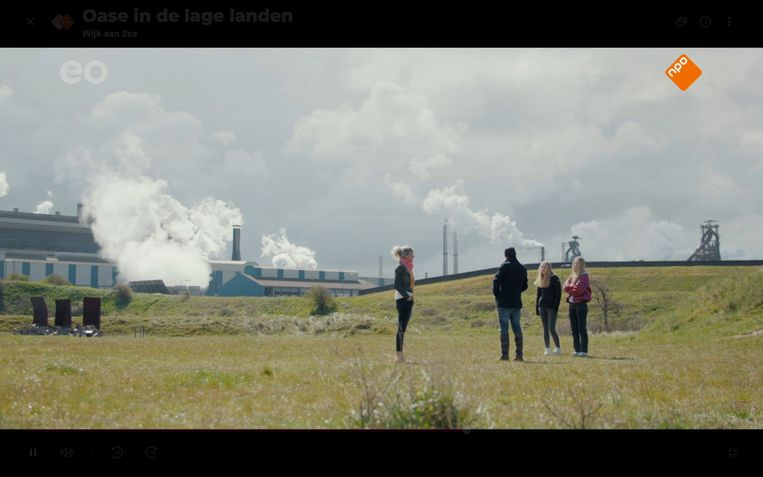 Marissa vertelt Kefah Allush en haar dochters over de camping naast Tata Steel. Beeld