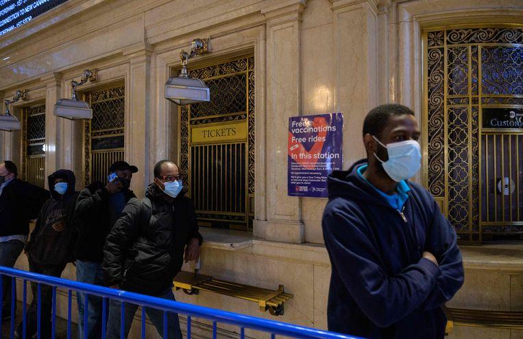 In de rij voor een vaccin op het centraal station van New York. Beeld AFP