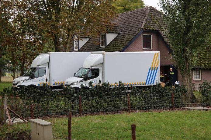 Een gespecialiseerd bedrijf ruimt de hennepkwekerij op uit het huis aan de Plaggensteeg in Sint-Oedenrode.