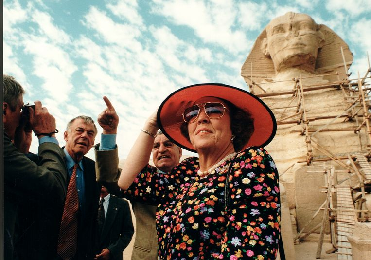 D66-leider Hans van Mierlo (met roodwitte stropdas) als minister van Buitenlandse Zaken in 1997 met koningin Beatrix op staatsbezoek in Egypte.  Beeld Hollandse Hoogte