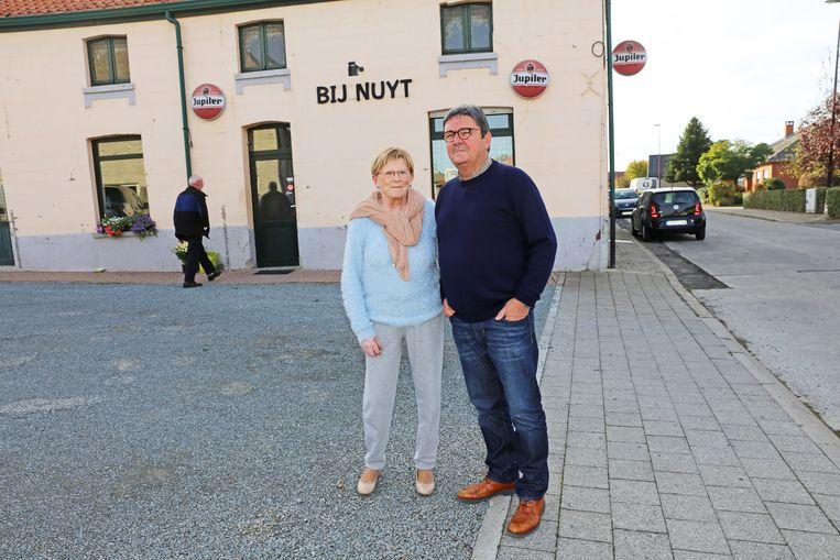 Jeanine Pletinckx en Johan Van Gestel voor de gevel van café Bij Nuyt, zeg maar het hoofdkwartier van het gehucht Skippenaesjel.