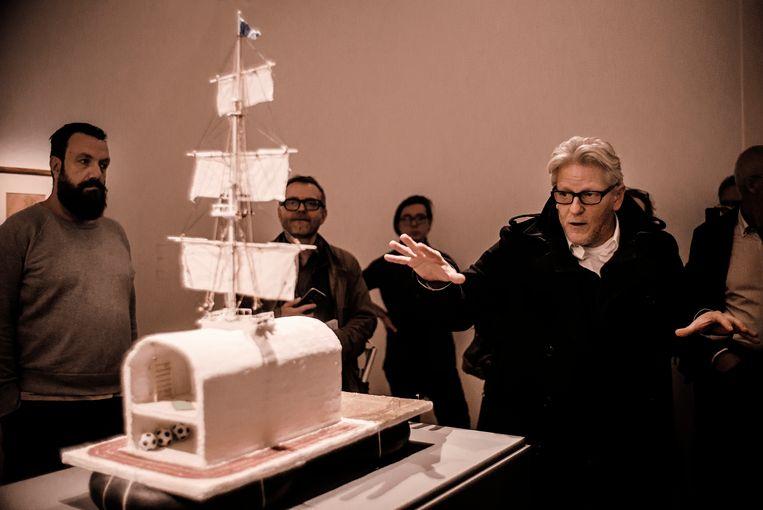 ► Jan Fabre geeft uitleg bij zijn werk uit 1986, Kunst is (niet) eenzaam. Beeld Eric de Mildt