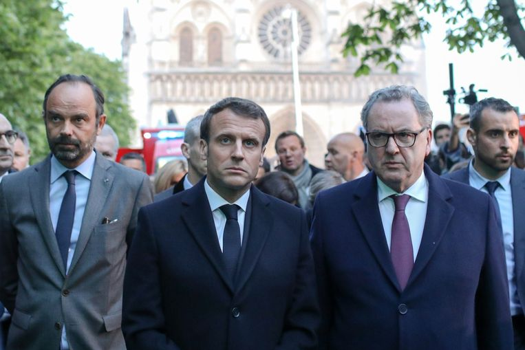 De Franse premier Edouard Philippe (links) en president Emmanuel Macron (midden). Beeld Photo News