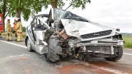 Bestuurder (90) zwaargewond na klap tegen boom
