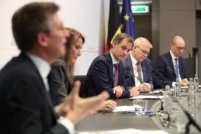 Pierre-Yves Dermagne, Sophie Wilmès, Alexander De Croo, Georges Gilkinet et Vincent Van Peteghem, en conférence de presse, mardi, à Bruxelles