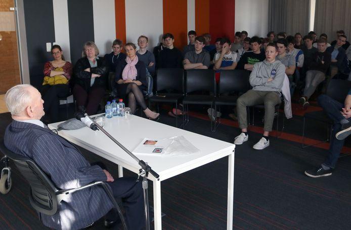 Louis Boeckmans gaf regelmatig voordrachten op scholen, zoals hier in Sint Jozef Geel eind 2019.