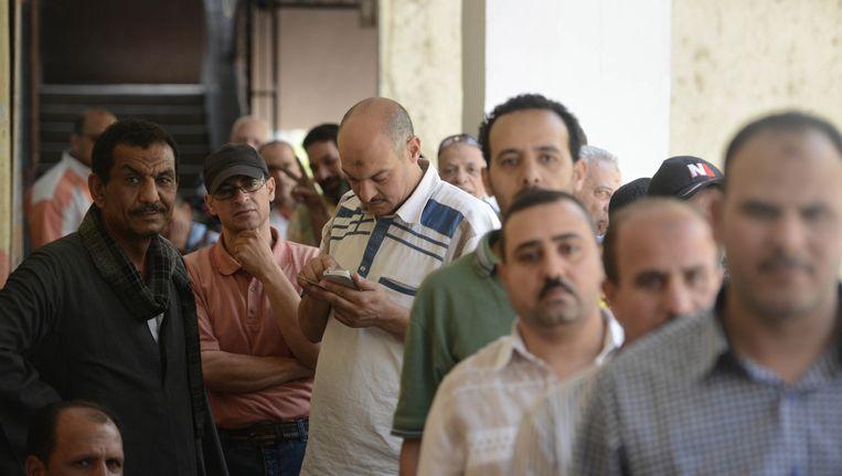Egyptenaren wachten om te kunnen gaan stemmen. Beeld GETTY