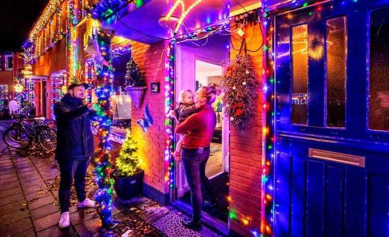 In de Vinkenstraat in Almelo hebben veel bewoners uitgepakt met kerstversiering.  Beeld Raymond Rutting / de Volkskrant