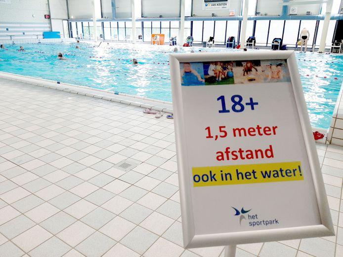 Zwembad het Sportpark is weer open. En gelijk stroomden de mensen weer toe.