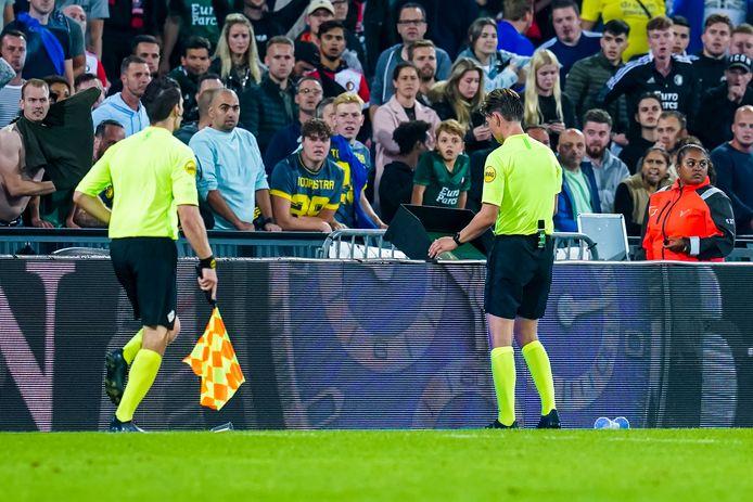 Scheidsrechter Joey Kooij bekijkt op het VAR-scherm in De Kuip de beelden van de 4-3 van Feyenoord tegen NEC.
