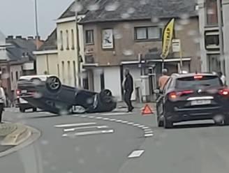 Bestuurder komt op zijn dak terecht nadat hij tegen geparkeerd voertuig rijdt