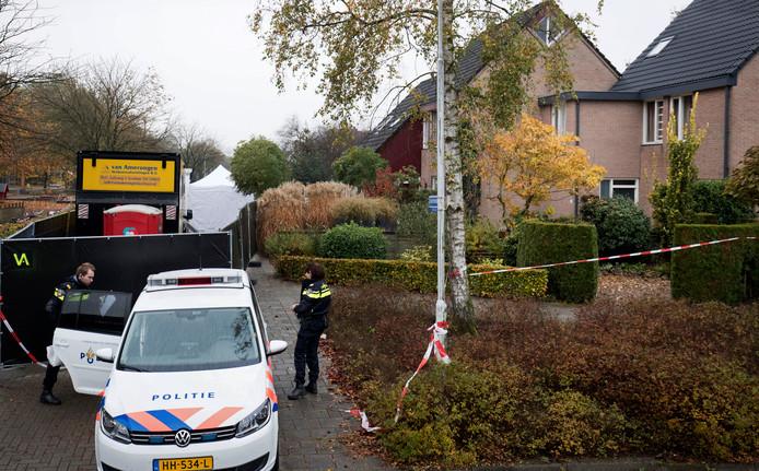 Politie aan het werk bij de woning in Ede waarin Willianne van Stempvoort dood werd gevonden.