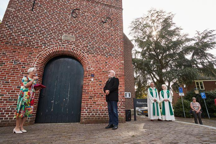 Janny ten Berge overhandigt na de laatste kerkdienst de sleutel aan Ruud Tukkers van de Initiatief Groep Behoud de Antonius Rekken