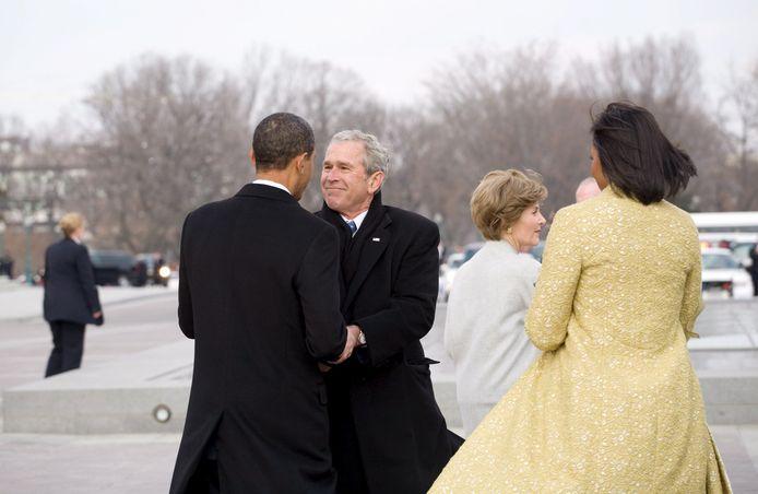 24 januari 2009: Zo gaat het normaal bij de machtsoverdracht. Na de eedaflegging begeleidt de nieuwe president zijn voorganger naar de Marine One-helikopter.  De pas ingezworen Barack Obama schudt de hand van zijn voorganger George W. Bush. (1/2)