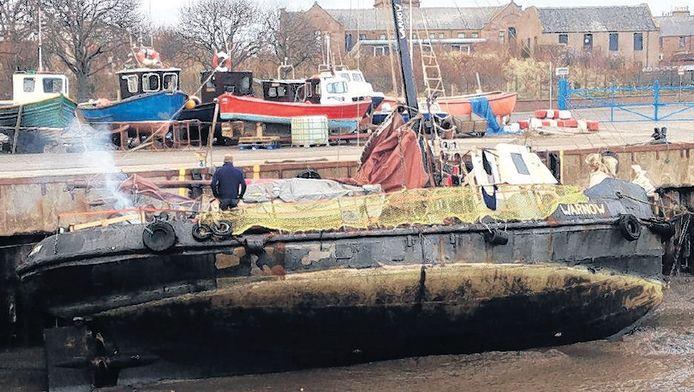 Het loodsbootje Warnow in de haven van het Engelse Whitby nadat het in zware storm averij had opgelopen.