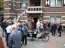 Met de bakfiets van citymarketeer Piet Duizer zetten de ondernemers van Oisterwijk hun protest tegen een mogelijke bezuiniging op de promotie van Oisterwijk kracht bij.